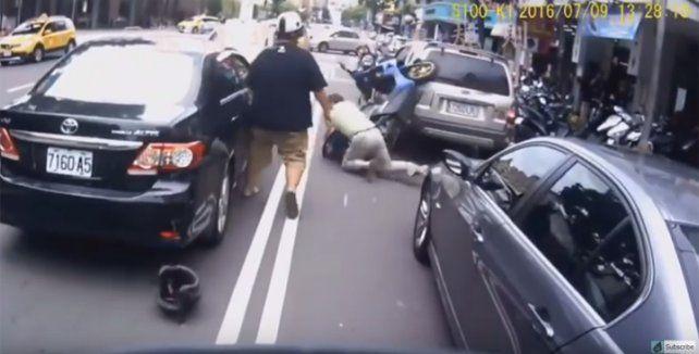 Si te caes de la moto, no aceptes la ayuda de este hombre