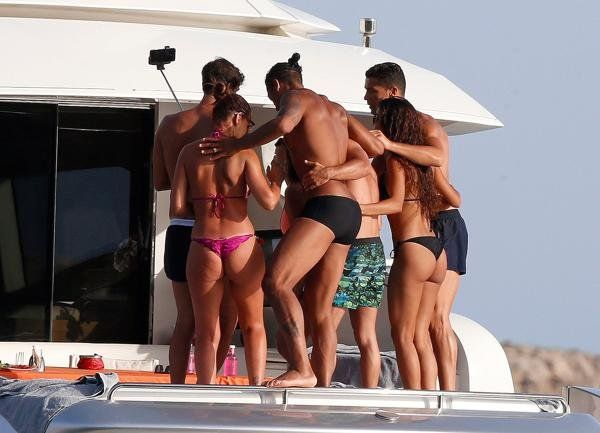 Cristiano cierra sus vacaciones con amigos y hermosas mujeres a pura fiesta en un yate de lujo