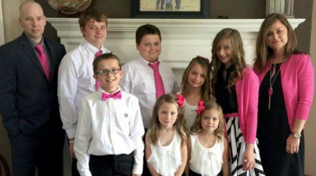 Una madre adoptó a los seis hijos de su amiga que murió de cáncer