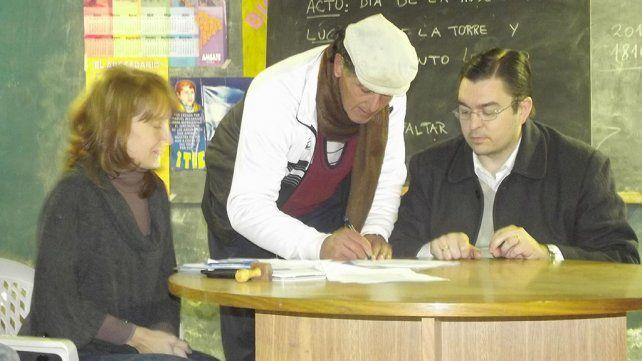 ayuda. El intendente Sarasola y la secretaria Aran entregaron los beneficios.