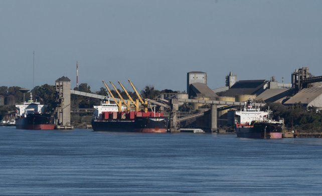 En espera. Más de cien barcos aguardan para cargar. Por cuatro días no ingresaron camiones a los puertos.
