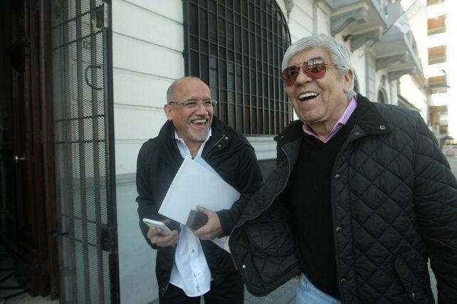 mesa chica. Hugo Moyano ingresa a la reunión que mantuvieron ayer los máximos líderes de las tres CGT.