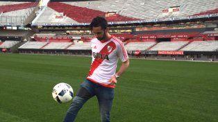 Larrondo firmó contrato con River y fue presentado a pura foto en el Monumental