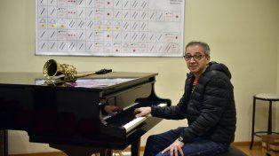Gustavo Chiavarini, profesor de música, con un afiche con las grafías utilizadas para interpretar música con el método Batia Strauss.