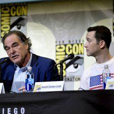 El director norteamericano junto al astro Joseph Gordon-Levitt, que encarna a Edward Snowden.