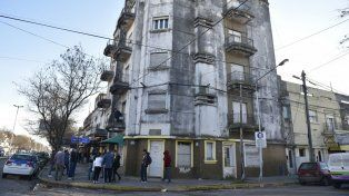 El edificio de San Martín y Tucumán, donde sucedió la tragedia. Los jóvenes padres eran ambos efectivos de Prefectura.