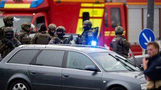 Alerta máximo. Fuerzas especiales se concentran frente al local de comida rápida