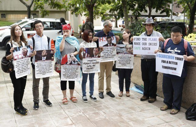 Familiares de pasajeros se apostaron en Putrajaya (Malasia) frente a la sede donde hablaron las autoridades.