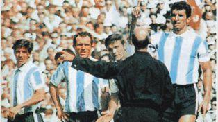 Medio siglo atrás. Rattín le reclama al árbitro mientras Perfumo y el Indio Solari observan.