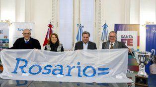 Clarísimo. Eduardo Bermúdez, Mónica Fein, Pablo Farías y Raúl Broglia extendieron la bandera de Rosario. Buen ejemplo para que Newells-Central sea una fiesta.