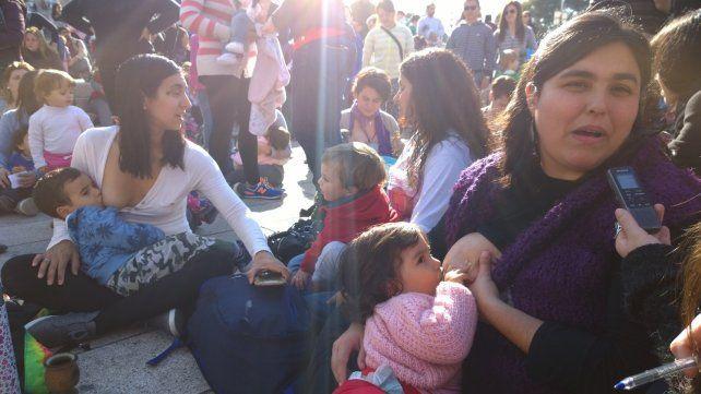 Madres rosarinas se reunieron en el Monumento para dar la teta y solidarizarse con la mujer a la que la policía le llamó la atención en una plaza de San Isidro.
