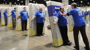 Rompieron un récord mundial al hacer un dominó de personas con colchones
