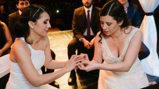 Ayer 21 de Julio, al cumplirse 6 años de la promulgación de la Ley de Matrimonio Igualitario por parte de la presidenta Cristina Fernández de Kirchner, nos casamos con Ana Paula Cejas, escribió Analuz en Facebook.