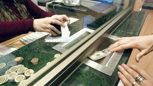 Cambio de hábito. Los argentinos atesoran en dólares en lugar de comprar bienes.