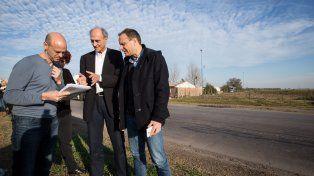 en territorio. El ministro de Transporte, Guillermo Dietrich (izquierda), recorrió ayer tramos de la ruta 11 que serán reparados integralmente.
