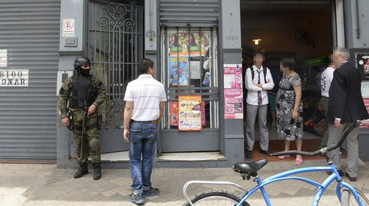 allanado. En este supermercado chino de San Martín al 1500 la policía encontró un arsenal y dinero oculto en cajas de vino.