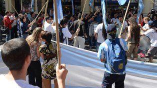 polémica. La ley de descanso dominical llegó precedida de polémica y de varias protestas en el frente de los grandes supermercados.