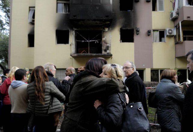 lamentos. Escenas de congoja entre los ocupantes se vieron durante la mañana frente al monoblock más dañado.