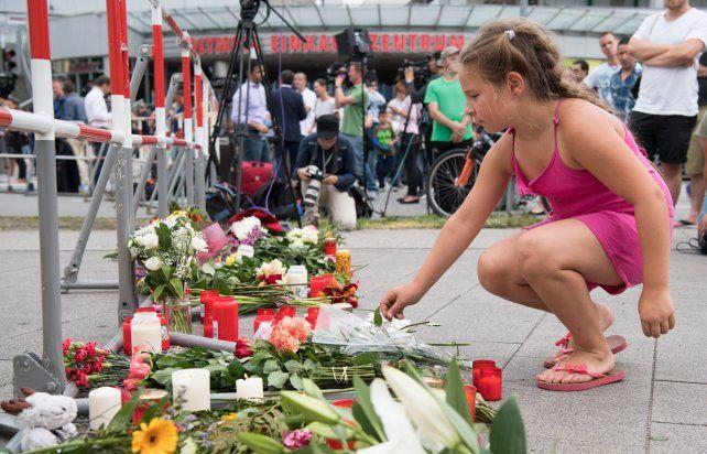 Estado de shock. En el lugar del ataque la gente deposita velas y flores en recuerdo de los asesinados.