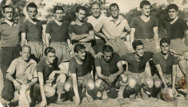 La Lepra del 48.El equipo dirigido por Gerónimo Díaz (parado en el centro) presentó a diez debutantes en la última fecha del campeonato debido a una huelga de profesionales. El único que ya había jugado un clásico fue Ubaldo Faina