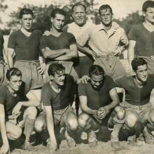 La Lepra del 48.El equipo dirigido por Gerónimo Díaz (parado en el centro) presentó a diez debutantes en la última fecha del campeonato debido a una huelga de profesionales. El único que ya había jugado un clásico fue Ubaldo Faina, a la izquierda del entrenador.