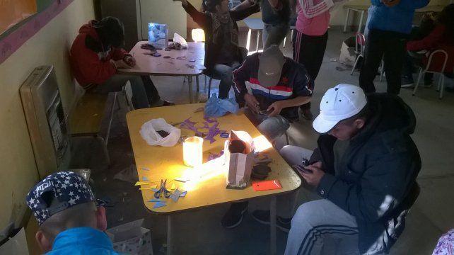 Ocupados. Los jóvenes aprenden un oficio para generar emprendimientos.
