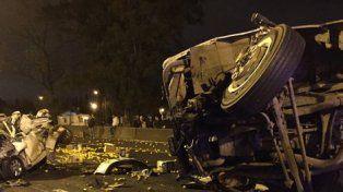 Impactante. El Nissan Tiida en el que viajaban las víctimas fatales quedó irreconocible tras ser impactado por un camión que transportaba limones.