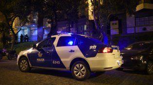 Pellegrini 58. Anoche, dos móviles custodiaban el lugar de la tragedia.