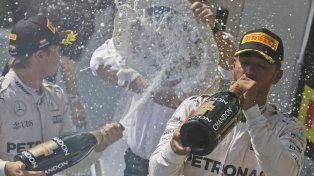Feliz. Hamilton toma champán en un podio en el que disfrutó al máximo.