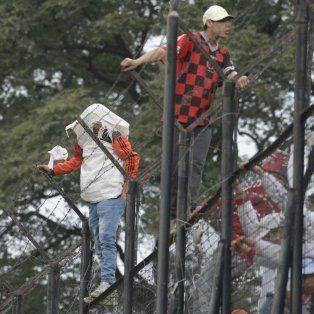 En el segundo tiempo los barrabravas subieron al alambrado con la intención de suspender el partido.