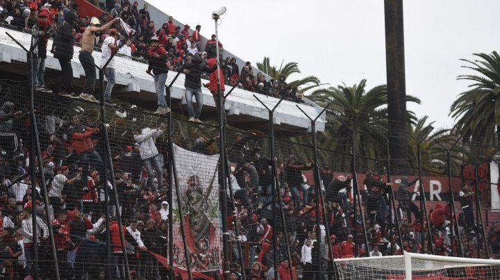 Al promediar el segundo tiempo, los barrabravas se subieron al alambrado con intención de suspender el partido.