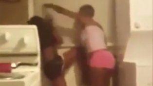 Le dio una brutal golpiza a su hija por publicar fotos prohibidas con su novio y subió el video a Facebook
