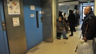 Fuera de servicio. El ascensor del centro de salud del barrio de Arroyito suele descomponerse a menudo. Ayer no andaba.