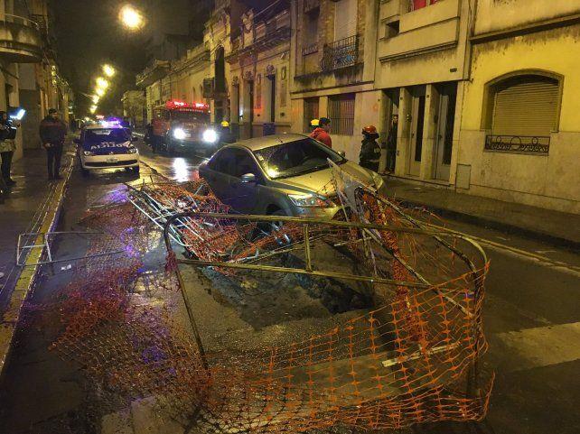 Un auto cayó a un pozo que lleva más de seis meses en Buenos Aires al 1200