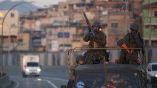 Patrullaje. Tropas del ejército brasileño recorren el perímetro de una favela en Río de Janeiro.