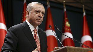 La Justicia ordenó los arrestos, pocas horas después de decretar prisión para 40 militares en Estambul.