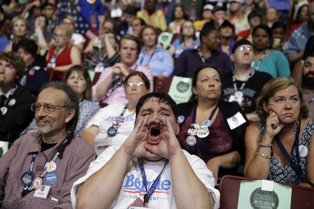 Furia. Un delegado de Sanders de Wisconsin aúlla mientras sus colegas tratan de mantener la paciencia. Bernie podría hundir a Hillary.