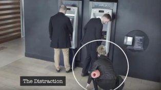 Un video ilustrativo que advierte sobre el último truco para robar en los cajeros automáticos