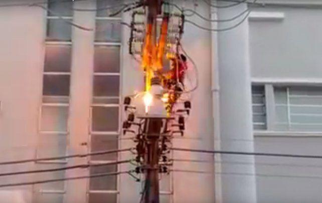 Un militante murió electrocutado tras treparse a un poste de luz para presenciar un acto político