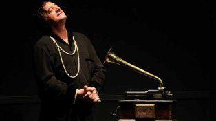 Dos en uno. Chávez da vida a un personaje travestido y al autor de la obra.