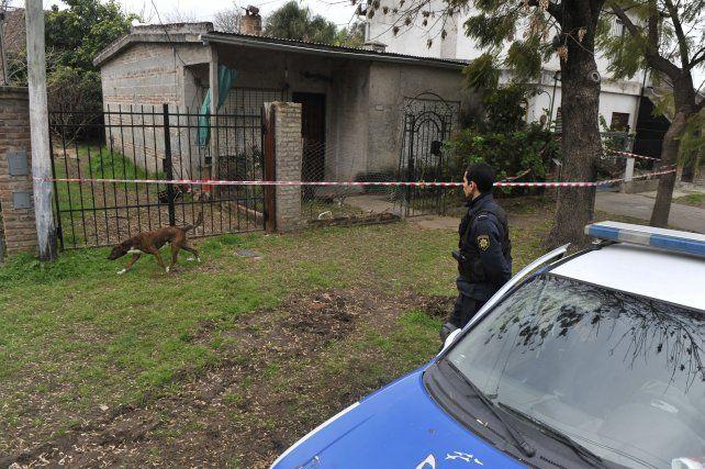 Rejas que no alcanzan. El frente de la casa donde vivía doña Angela Almanso y a la que ingresaron por el fondo.