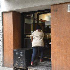 Según informó la policías, los delincuentes redujeron a la mujer y lograron llegar hasta su departamento en Entre Ríos al 300.