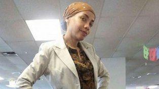 Le prohíben llevar pañuelos étnicos al trabajo y responde con un disfraz distinto cada día