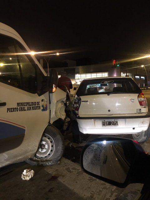 El impacto de la ambulancia contra el Fiat Palio. (Foto via Twitter @TransitoRos).
