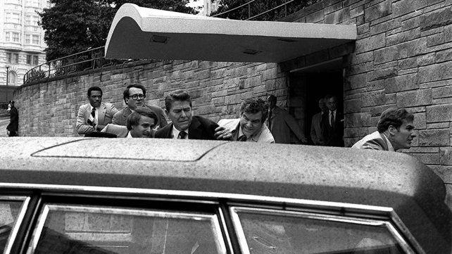 Marzo del 81. Reagan es llevado de urgencia tras resultar herido de bala. El agresor estaba obsesionado con la actriz Jodie Foster.