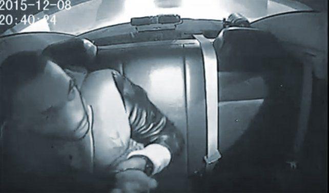 Preso en un móvil disparó contra un policia y lo acribillaron
