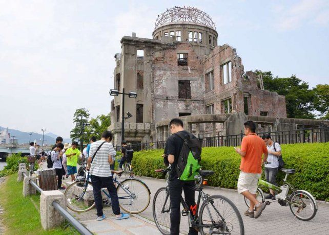 Los jugadores del Pokémon Go cerca del Domo de la Bomba Atómica en el Parque Memorial de la Paz de Hiroshima