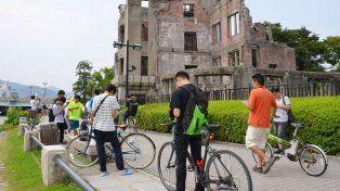 Los jugadores del Pokémon Go cerca del Domo de la Bomba Atómica en el Parque Memorial de la Paz de Hiroshima, Japón.
