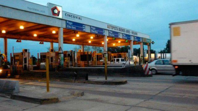 La autopista a Buenos Aires. En las estaciones ubicadas entre los dos peaje se registraron robos. Se estima que fue la misma banda.