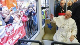 El papa Francisco se subió al tranvía en Cracovia.